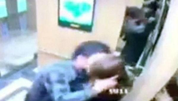 Người đàn ông 'cưỡng hôn trong thang máy' phải xin lỗi nữ sinh viên trước đông người