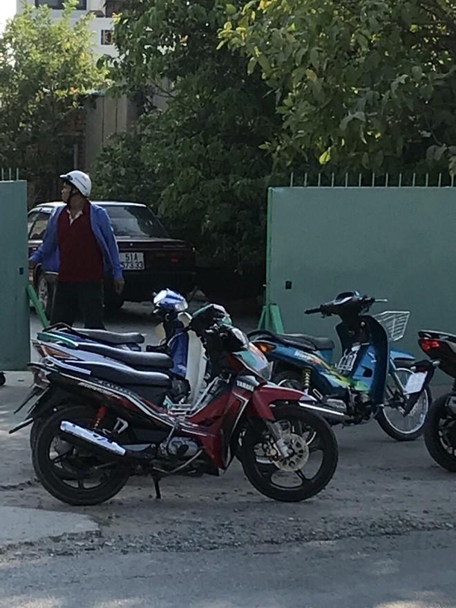 Hiện trường quán Tuấn Anh khi đang xảy ra vụ bị tấn công nhìn từ ngoài đường: cả nhóm côn đồ lao vào trong quán, chỉ còn 1 đối tượng đứng trông xe máy của nhóm. (Hình do người dân cung cấp)