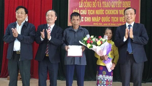 Hai người Lào di cư tự do được nhập quốc tịch Việt Nam