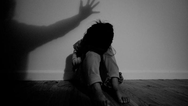 Mẹ đi làm về phát hiện con gái 13 tuổi bị xâm hại