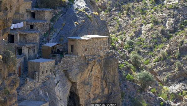 Bộ lạc hơn 500 năm sống cheo leo trên vách đá