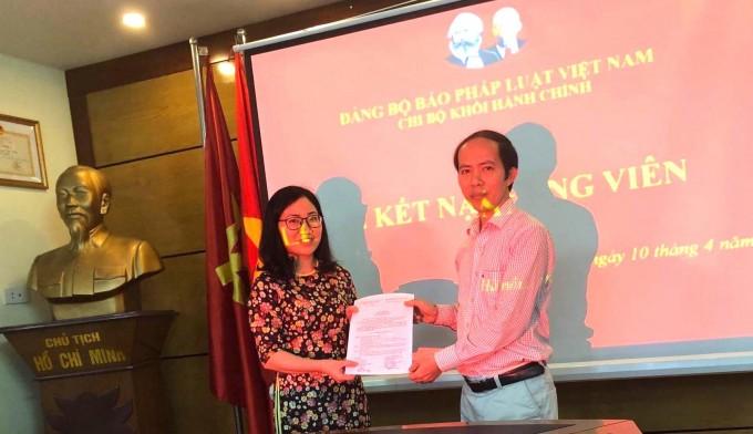 Bí thư Chi bộ Nguyễn Đức Trường traotrao Quyết định kết nạp Đảng viên cho Đảng viên mới Đào Thị Hà.