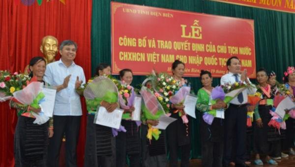 Trao quốc tịch cho 76 trường hợp người Lào kết hôn không giá thú
