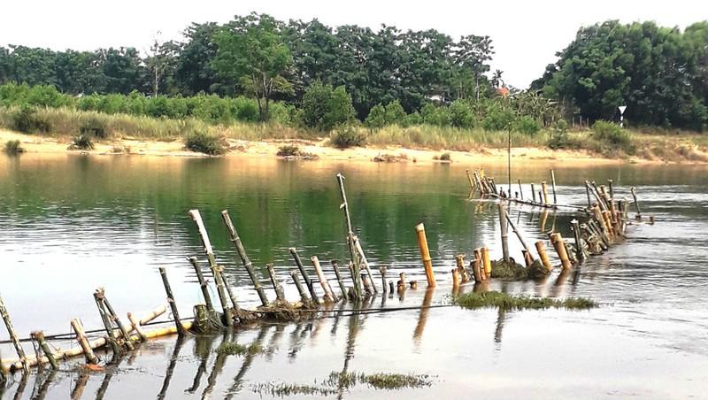 """Thừa Thiên – Huế: Dân đóng cọc tre ngăn doanh nghiệp """"rút ruột"""" sông Bồ"""