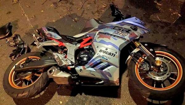 Hai thanh niên đi xe máy tốc độ cao tông vào gốc cây tử vong