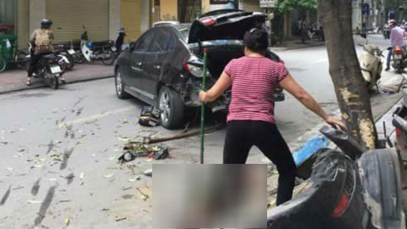 Ô tô 'điên' đâm xe máy tại Hà Nội, hai mẹ con nhập viện