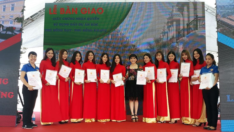 Trao sổ đỏ cho khách hàng hai dự án Phú Hồng Khang và Phú Hồng Đạt ở Bình Dương