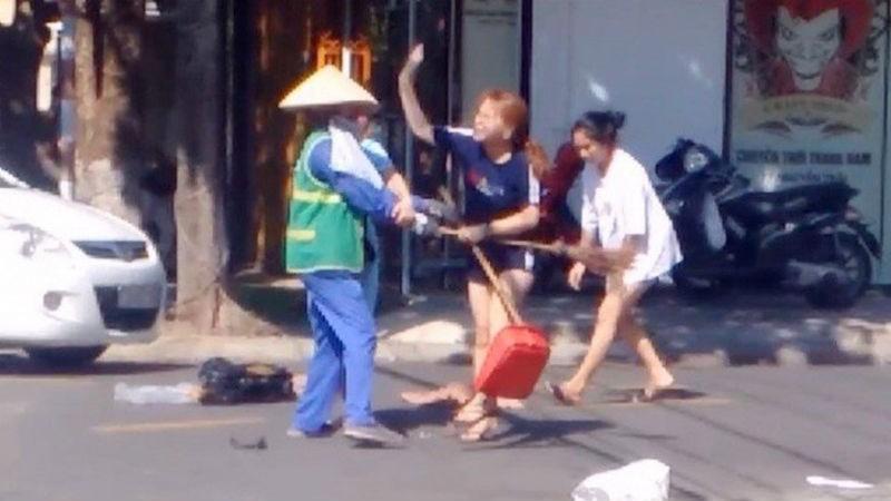 Xôn xao cảnh cô chủ cửa hàng quần áo đánh nữ công nhân môi trường