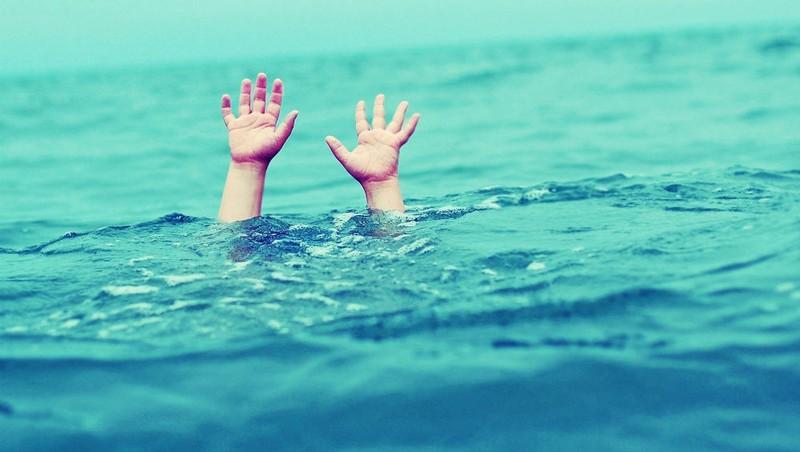 Con ngã xuống nước, mẹ nhảy xuống cứu, cả hai tử vong