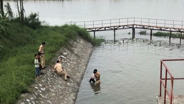 Chiến sĩ CSGT cứu cháu bé 10 tuổi bị đuối nước