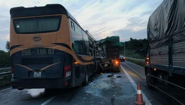 Nhiều người nhập viện sau vụ ô tô 45 chỗ tông đuôi xe tải
