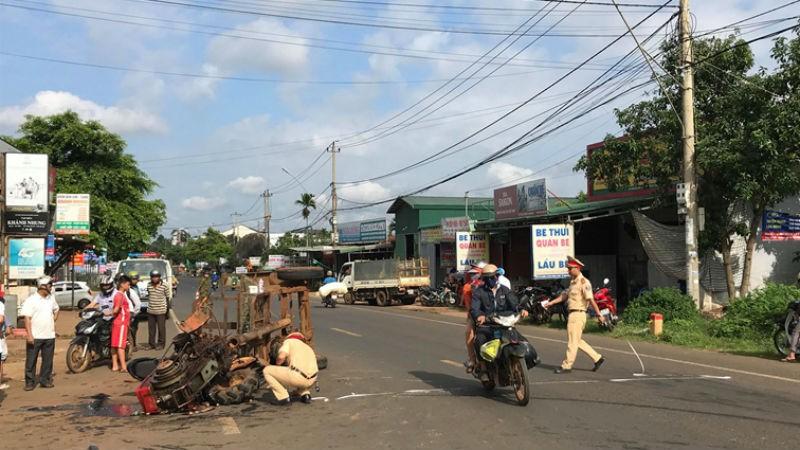Xe máy cày gãy trục đâm vào xe máy, 10 người bị thương