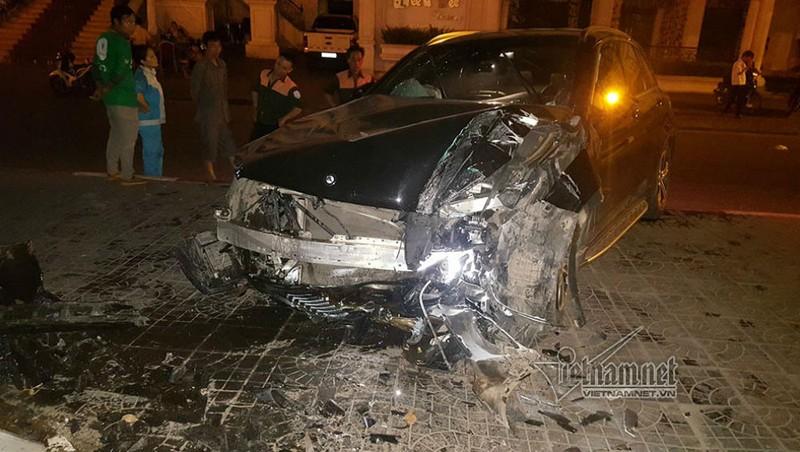 Xe Mercedes đâm chân cầu vượt, nữ tài xế bị thương, đầu ô tô biến dạng