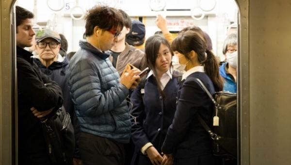 'Cứu cánh' giúp phụ nữ thoát nạn quấy rối trên tàu điện ngầm Nhật Bản