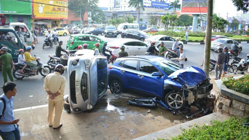 'Xe điên' tông loạt xe máy, 6 người cấp cứu