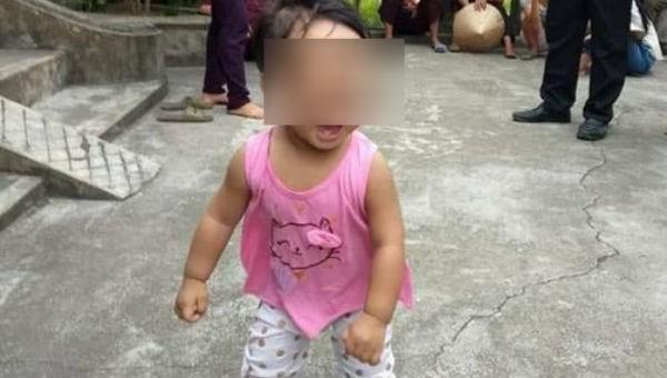Bé gái hơn 1 tuổi bị bỏ lại chùa với nhắn nhủ của mẹ 'còn phải đi lấy chồng'