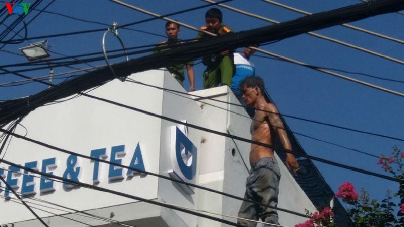 Nam thanh niên đột nhiên trèo lên nóc nhà la hét, nhiều người hoảng sợ