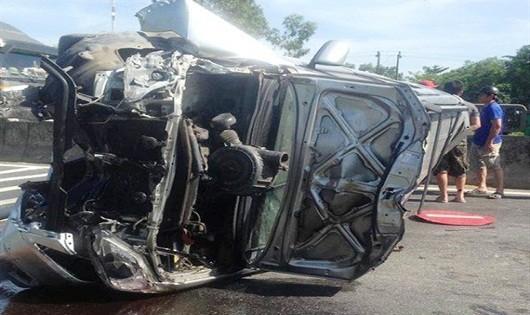 Ô tô mất lái lật giữa đường, 3 người mắc kẹt trong xe