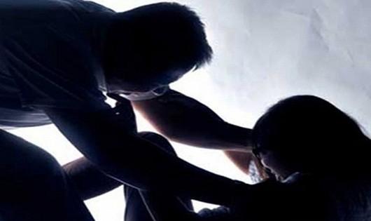 Thiếu nữ 18 tuổi bị gã choai 14 tuổi hiếp dâm