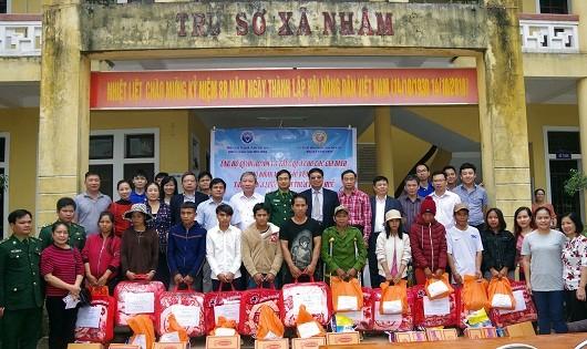 Tặng quà cho các hộ nghèo huyện biên giới A Lưới
