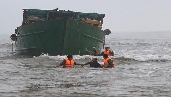 Cứu 4 thuyền viên gặp nạn trên biển