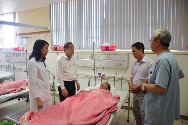 Chủ tịch UBND tỉnh TT- Huế thăm hỏi nạn nhân bị 'cát tặc' tấn công trọng thương