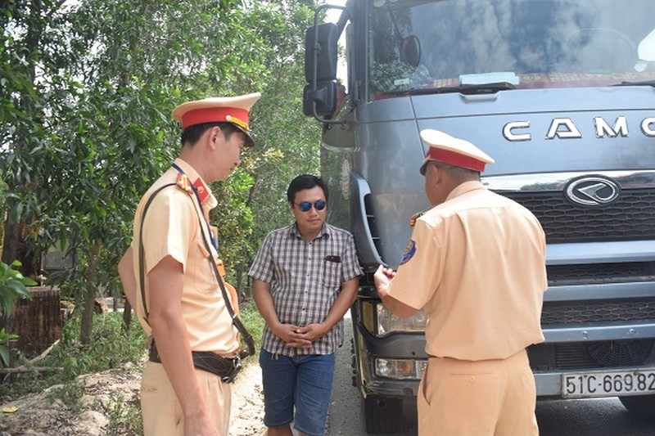 Tài xế chở hàng quá tải còn đe dọa cảnh sát