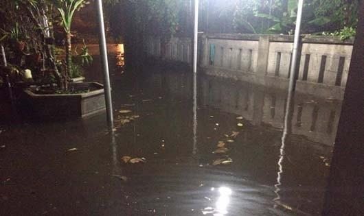 Sau mưa lớn, cả khu dân cư ở Đà Nẵng ngập trong nước