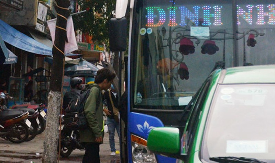 Chủ tịch Đà Nẵng trực tiếp tới bến xe, bức xúc ghi cảnh xe dù bát nháo