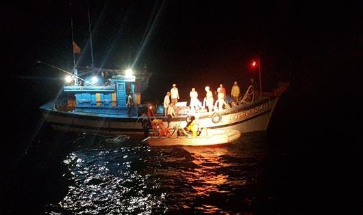 Cứu nạn 8 thuyền viên tàu cá của Đà Nẵng bị trôi dạt trên biển