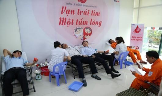 Hơn 350 CBCNV EVNCPC hiến máu cứu người