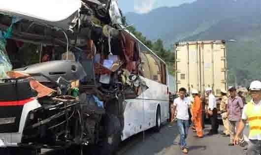 Ô tô khách lấn đường tông xe container, 11 người bị thương
