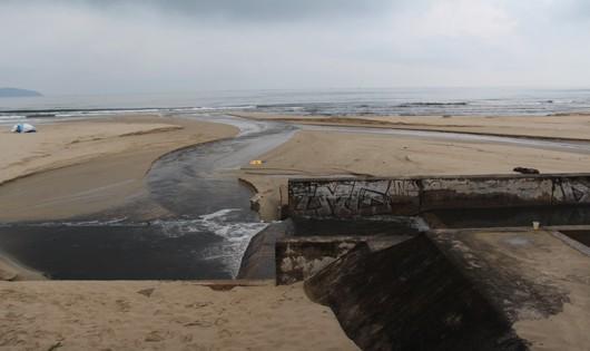 Sau cơn mưa, bãi biển du lịch Đà Nẵng lại có nước đen ngòm, bốc mùi