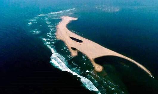 Đảo cát xuất hiện ở biển Hội An đang phình to thêm