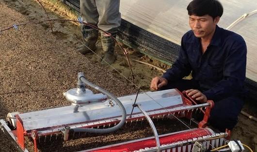 Giật mình: Anh nông dân vỡ nợ mày mò sáng chế thành công robot