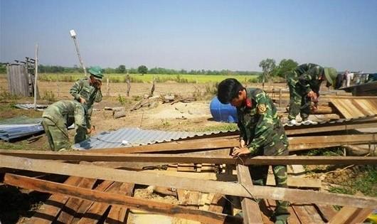 Quân đội dựng nhà, lợp mái giúp dân vùng bị mưa đá, lốc xoáy
