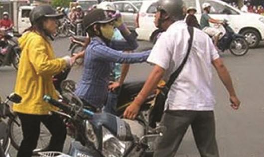 """Ứng xử sau va chạm giao thông: Đừng để  """"cả giận mất khôn""""!"""