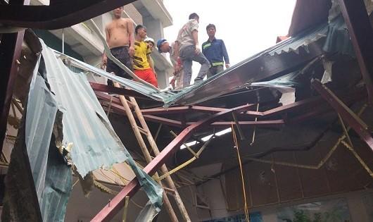 Hà Nội: Đứt cáp cần cẩu, vật liệu xuyên thủng mái nhà điều hành công trình xây dựng