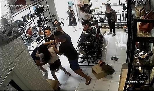 Nhắc nhở ô tô chắn cửa hàng, bố con chủ quán bị đánh dã man?