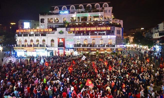 Người Việt Nam khắp nơi đổ ra đường hò reo mừng chiến thắng