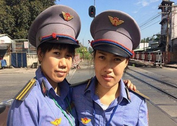 Chủ tịch Tổng Công ty Đường sắt Việt Nam khen 2 nữ nhân viên gác chắn đường sắt