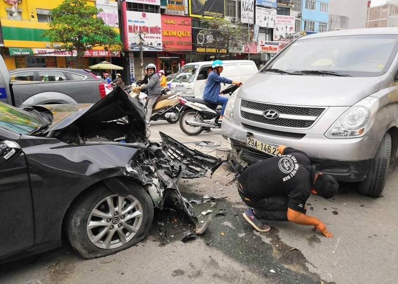 Xe ôtô mất lái tông liên hoàn khiến 3 người bị thương ở Ngã Tư Sở