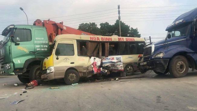 Tai nạn liên hoàn giữa xe khách và xe tải khiến ít nhất 2 người tử vong