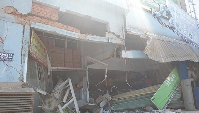 Xe container mất lái tông thẳng vào nhà có 6 người đang ngủ