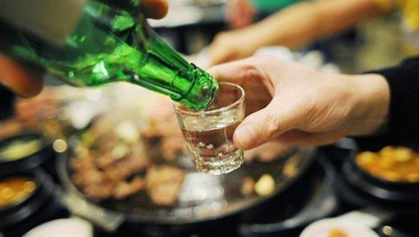 Sếp ép nhân viên uống rượu, bia có phạm luật không?
