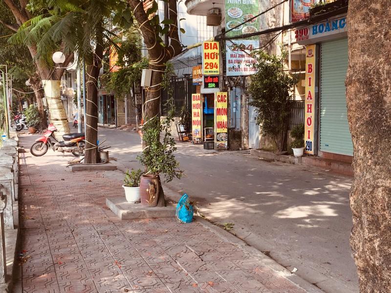 Hà Nội: Chủ quán bị xử phạt, vỉa hè hồ Hoàng Cầu đã thông thoáng