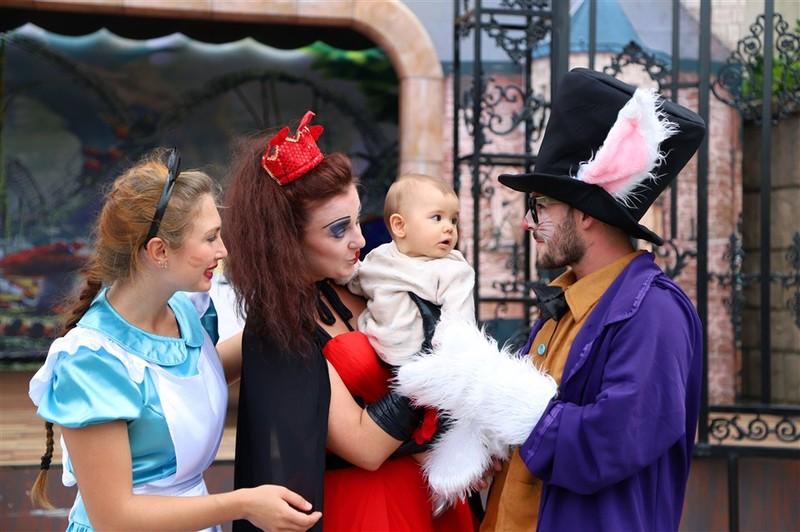 """""""Cô bé quàng khăn đỏ"""" bất ngờ gặp """"Alice ở xứ sở thần tiên"""" trên đỉnh Bà Nà"""