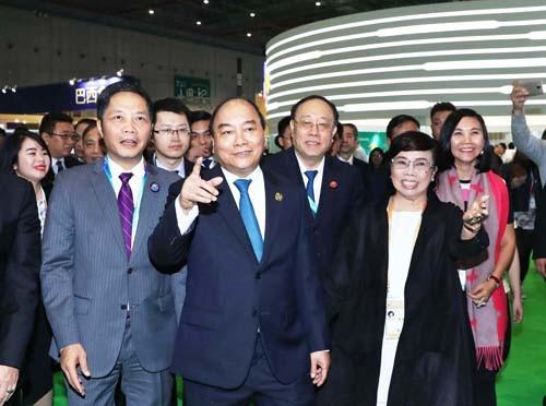Thủ tướng Nguyễn Xuân Phúc tham quan gian hàng của Tập đoàn TH tại