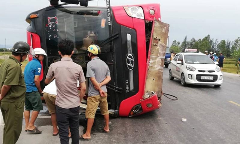Ô tô giường nằm lật đè chết 2 khách văng ra đường, 7 người khác bị thương