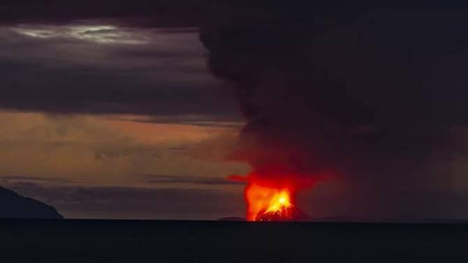 Sáng nay, núi lửa phun trào gây sóng thần tại Indonesia, hàng trăm người thương vong